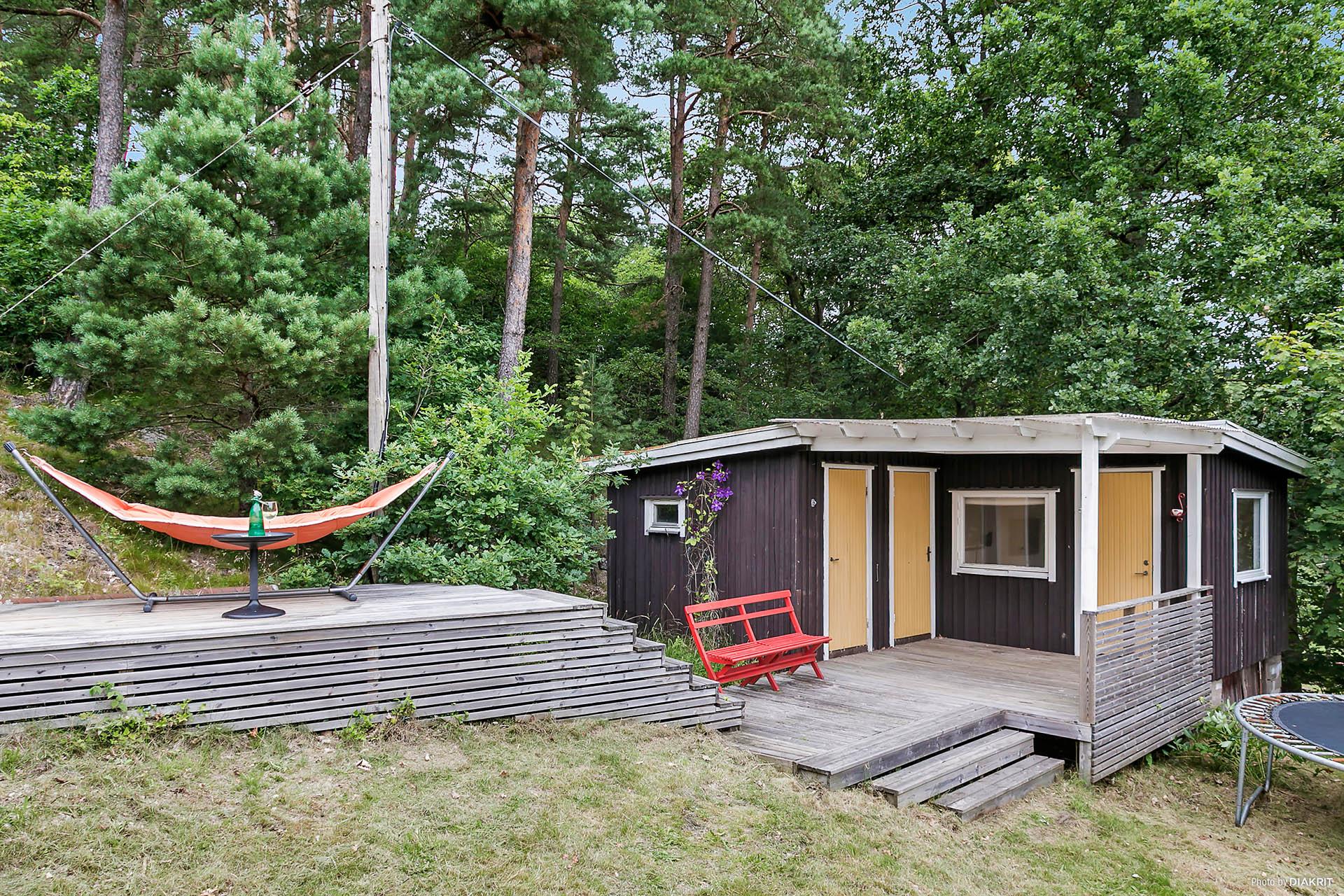 Stuga med gästrum o bastu på baksidan, även en liten skön altan att hänga på.