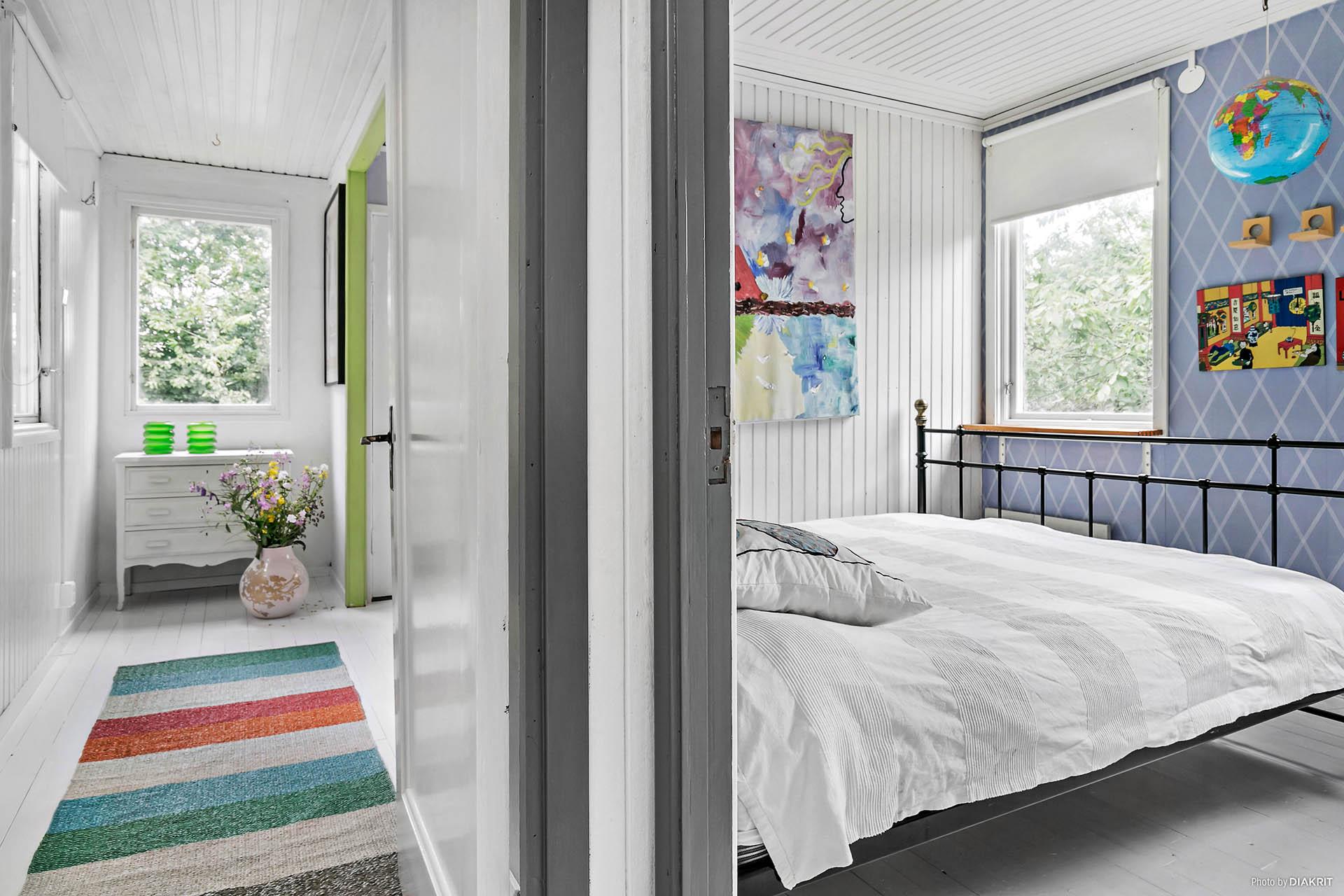 Korridor/hall med de två sovrummen.