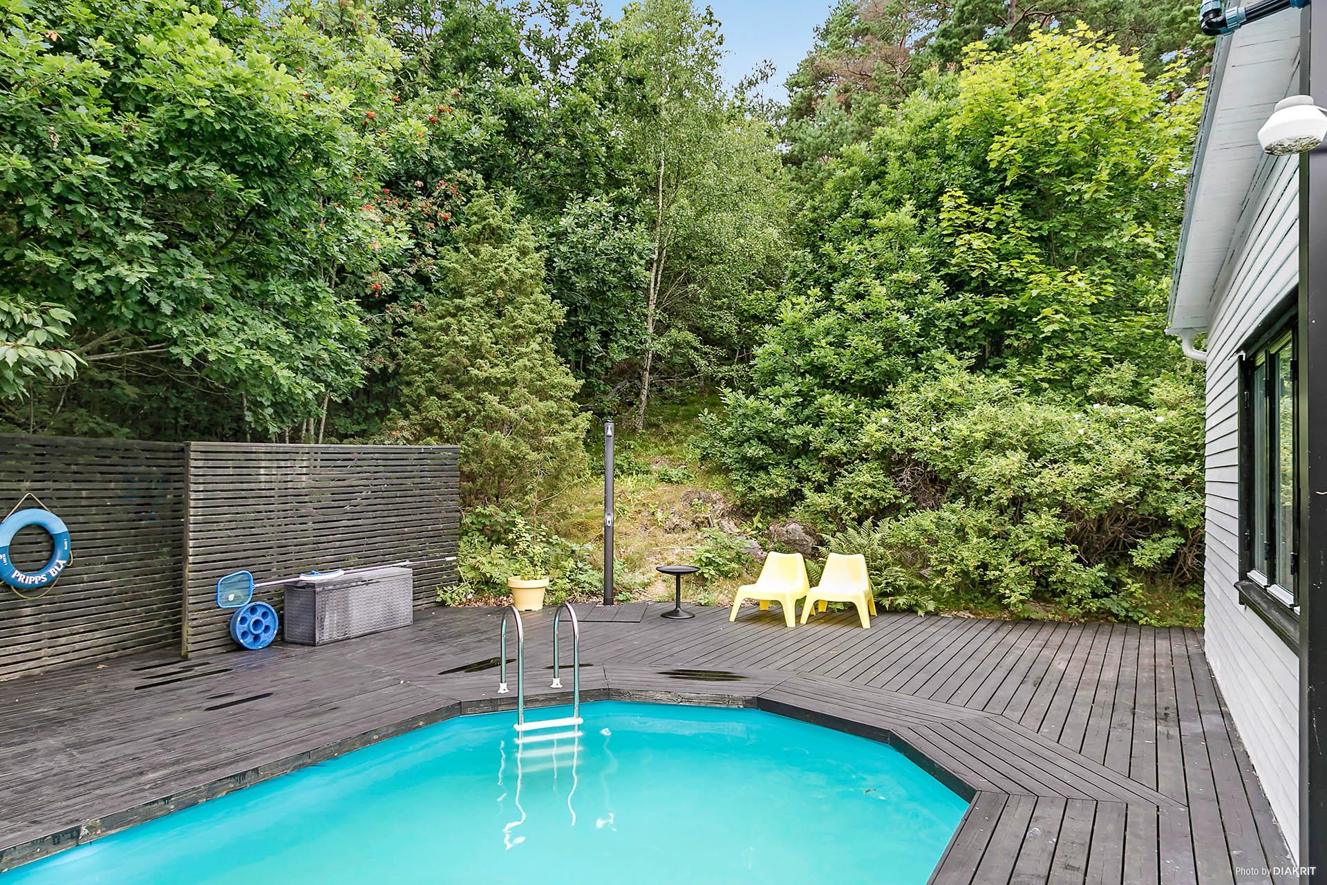 Pool som är 1,30 djup, 3,60 bred och 7,60 lång och altandäck.