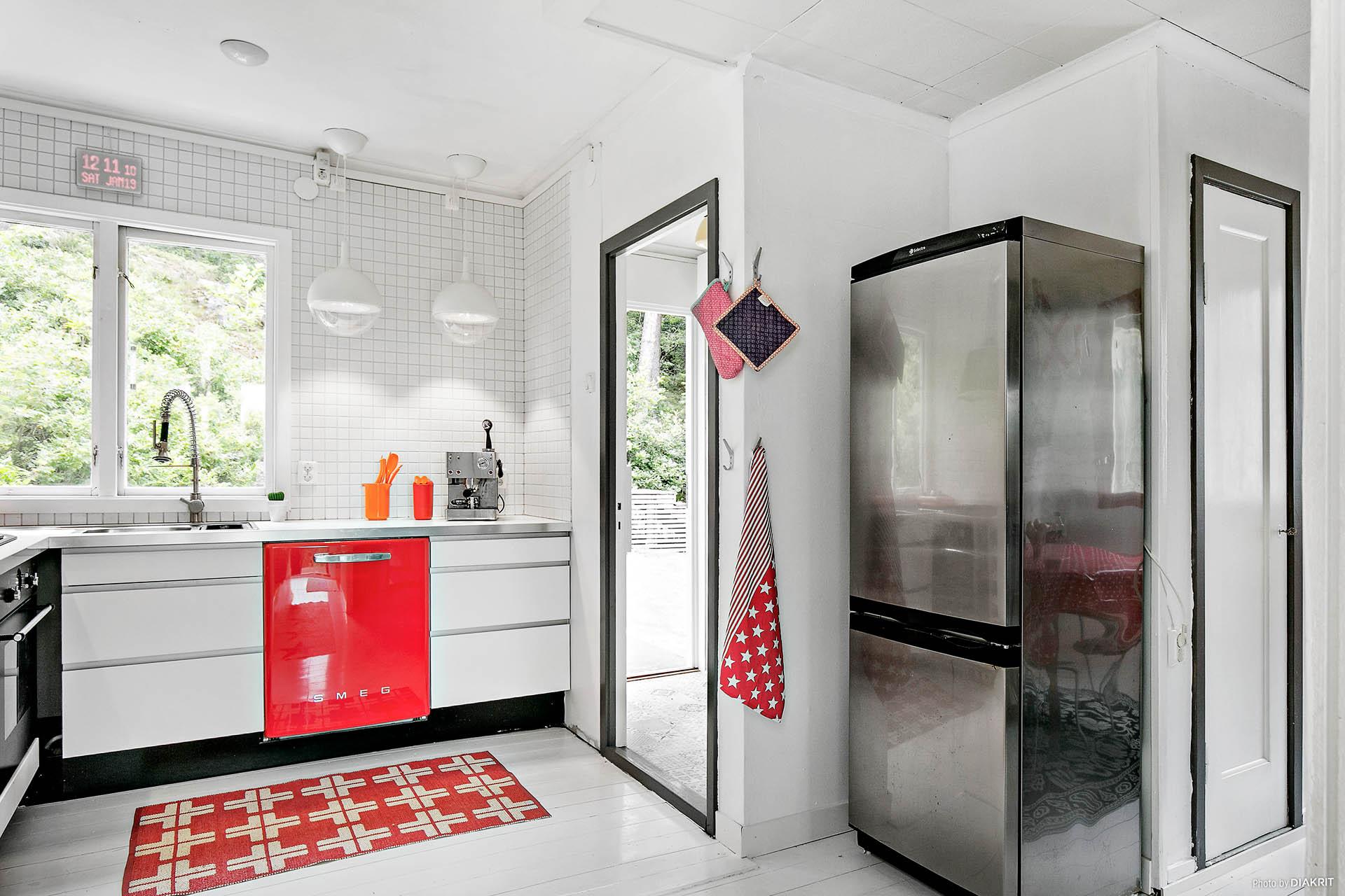 Från köket når man baksidan och badrummet.
