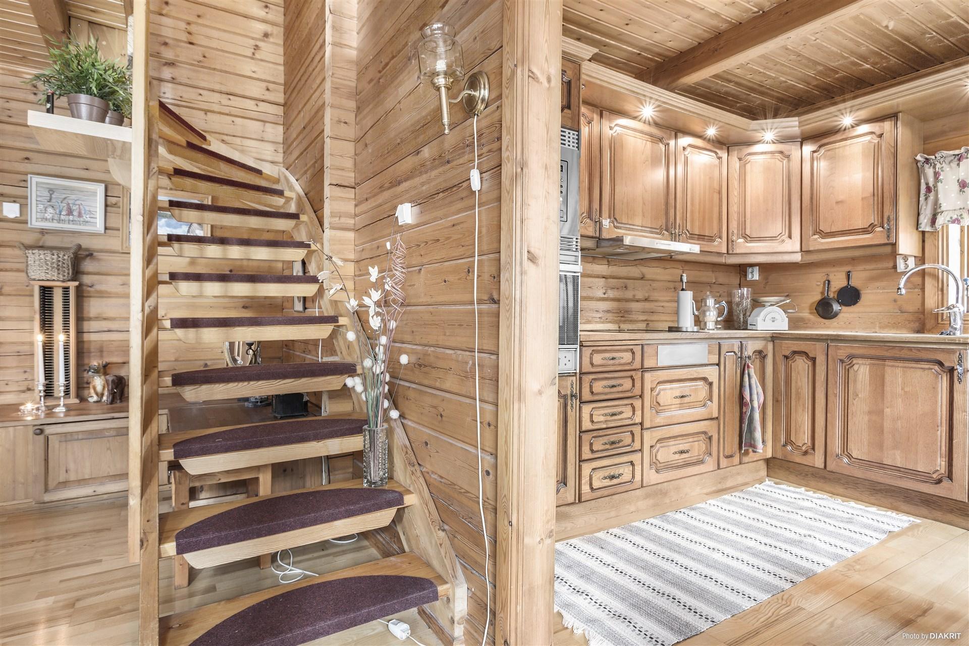 Kök och hall med trapp till övervåning