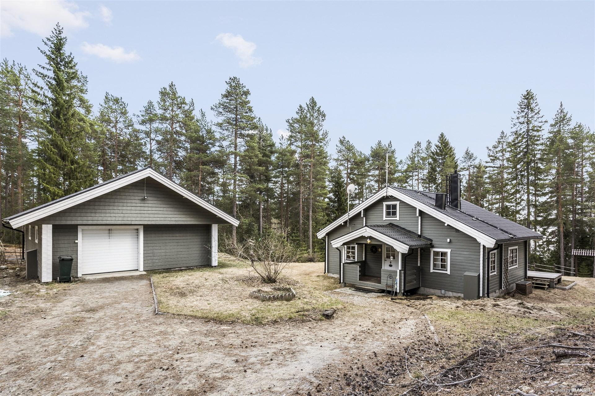 Fasad framsida stuga och garage