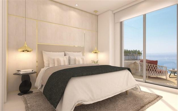 Sovrum med stort fönsterparti