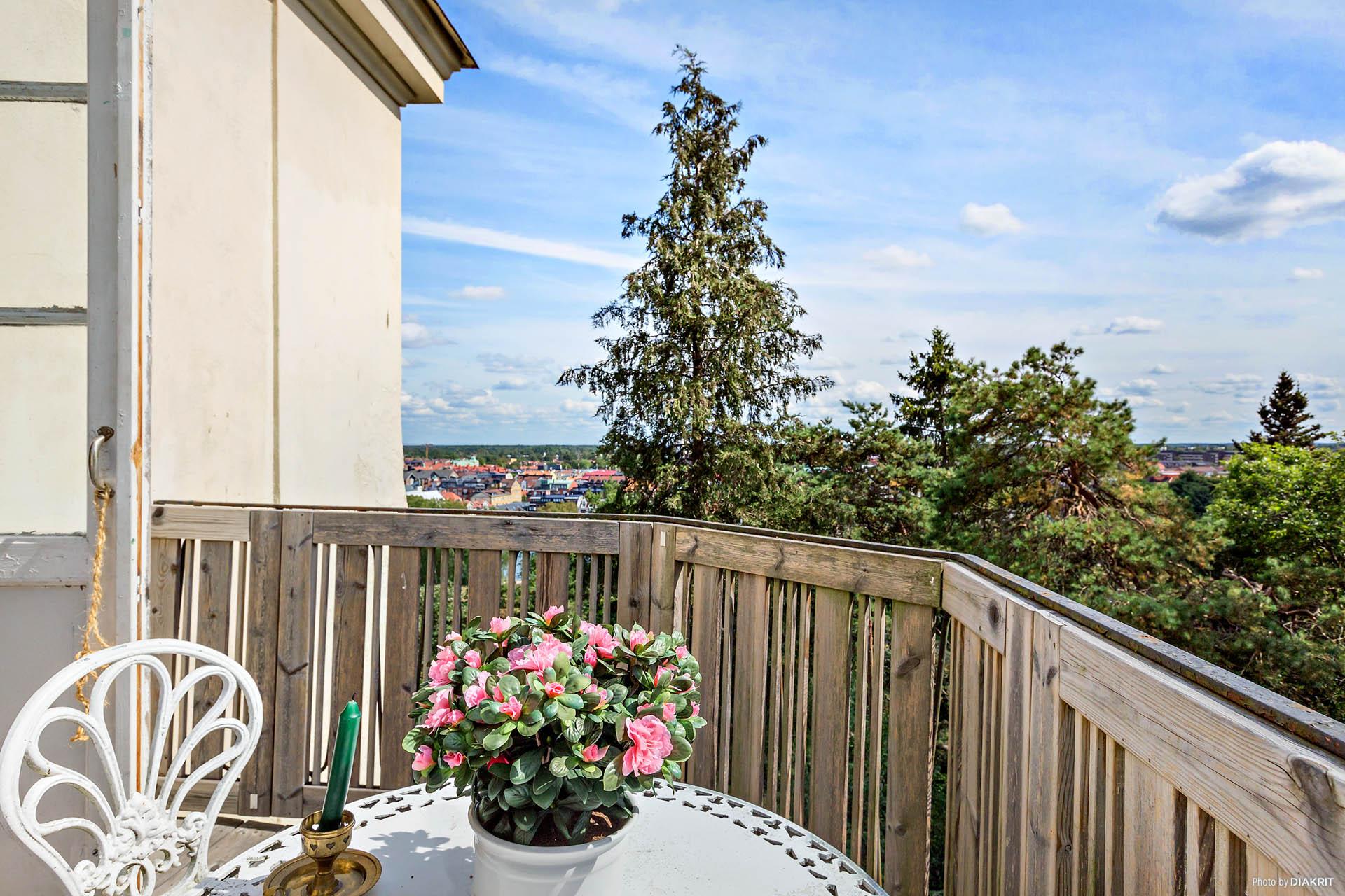 Balkong med utsikt mot stan