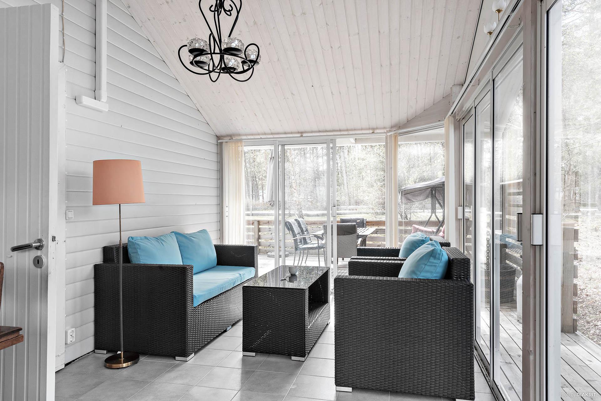 Hög trivselfaktor i modernt uterum med praktiska skjutdörrar till terrassen. Praktiskt och snyggt klinkergolv.