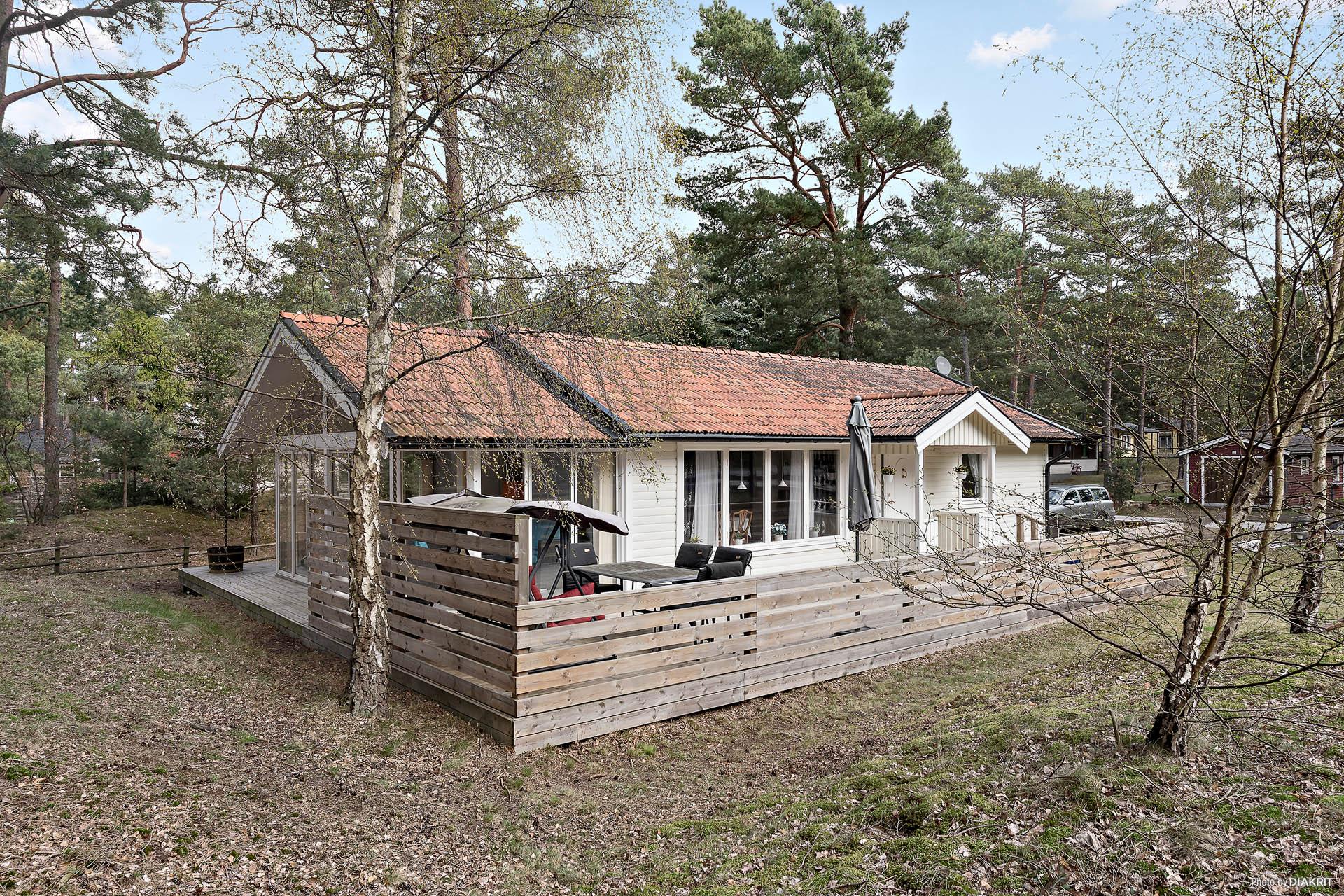 Lättskött naturtomt och härlig terrass, byggd 2011 som följer hela ena gaveln och långsidan.