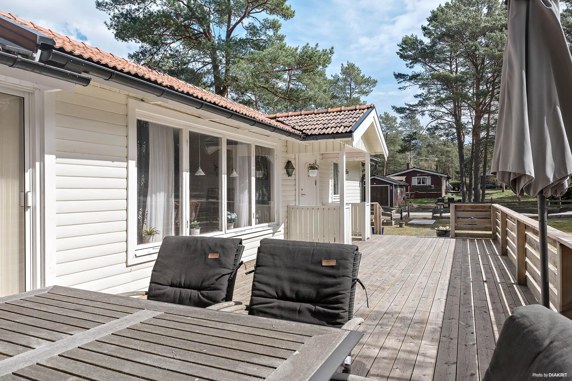Välkommen till Yngsjö Saltsjöbad och Gnejsvägen 1! Här finns  bland annat en stor terrass i sydvästläge. Här ryms stort sällskap och inbjuder till härliga stunder.