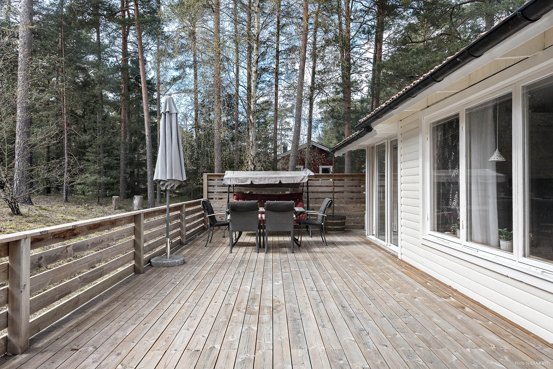 Terrassen har en generös yta och inbjuder till fina stunder.