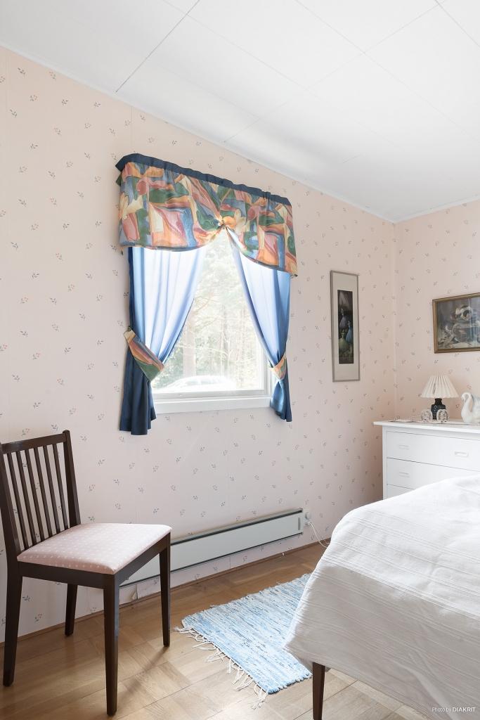 Ljust och ombonat sovrum. Plats för enkelsäng/våningssäng och byrån eller liknande.