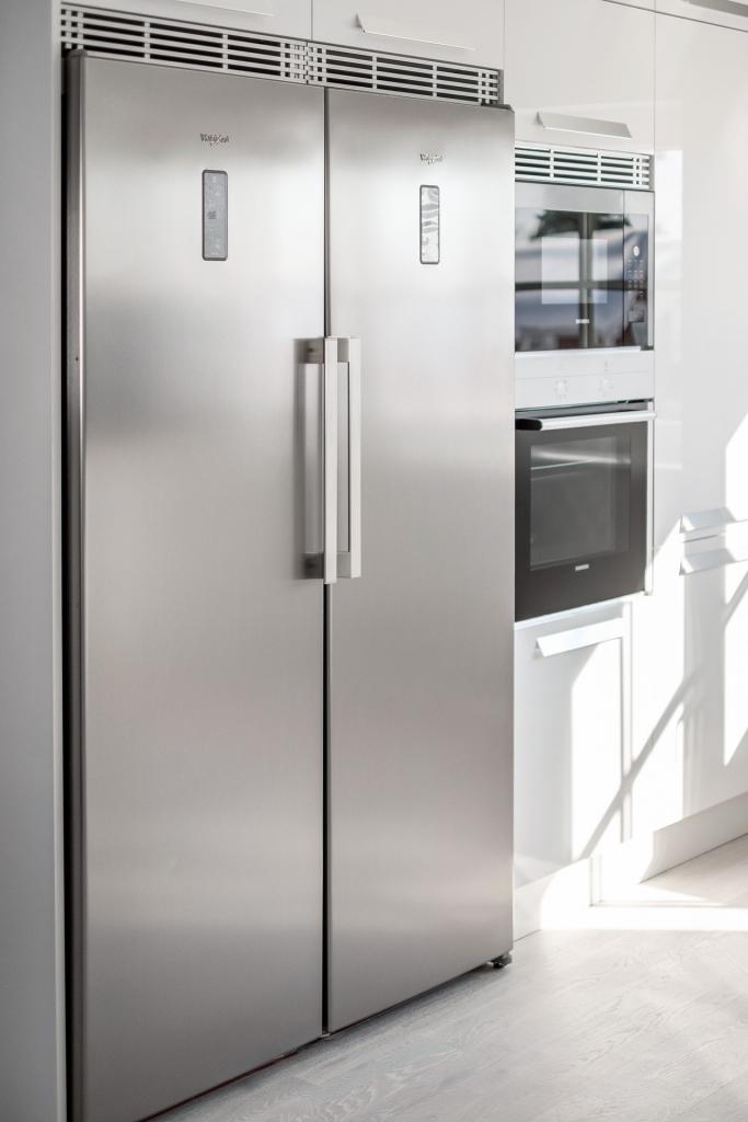 Detaljbild kök, kyl och frys fullhöjd