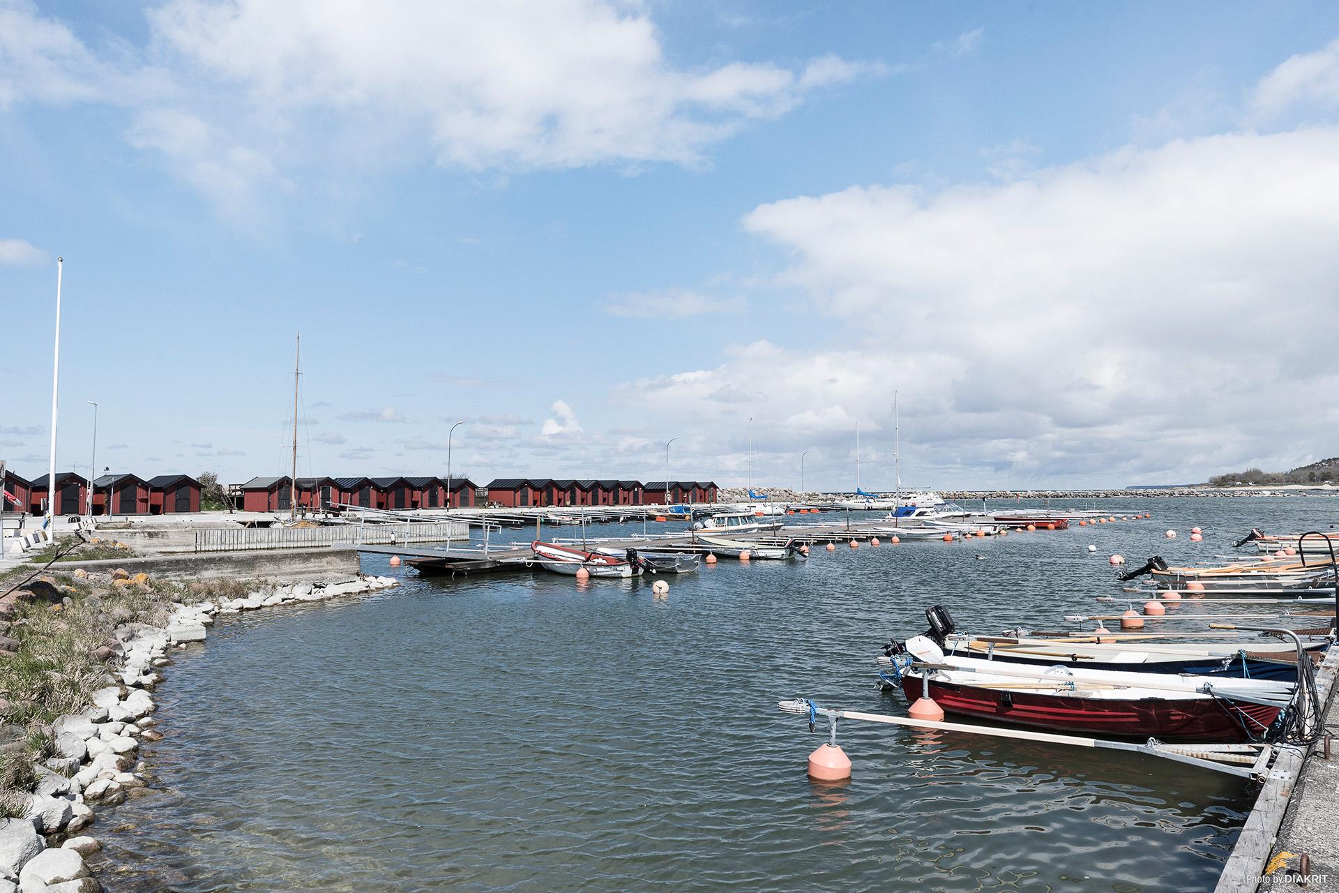 Vy över alla fiskebodar och båthamnen
