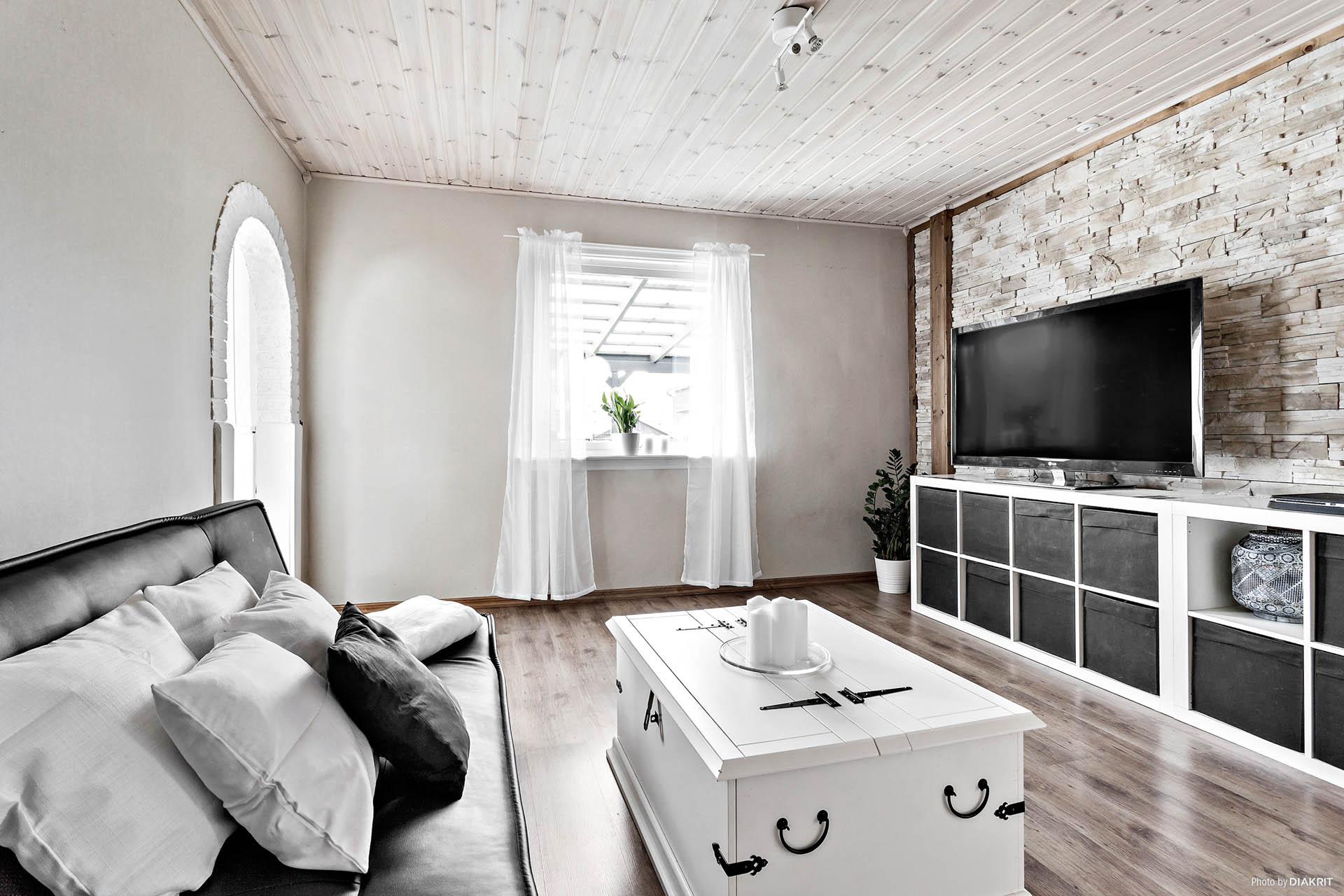 Här finns det plats för soffmöbel och tv-bänk