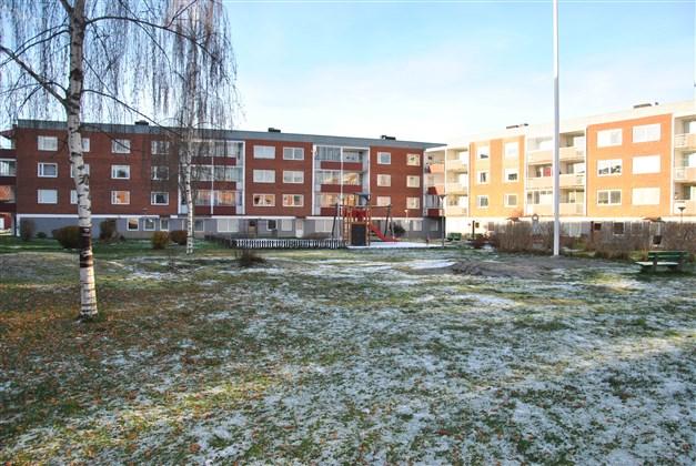 Stor innergård med bl. a. lekplats.