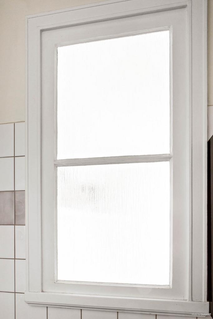 Charmigt fönster mellan badrum och sovrum