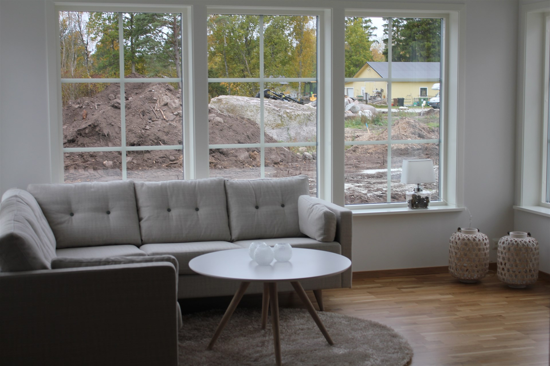 Vardagsrum i öppen planlösning med kök