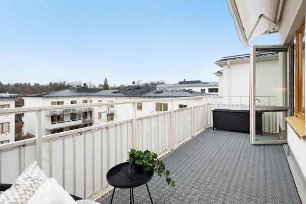 Balkong i sydväst med insynsskyddad utsikt över takåsarna och innergården