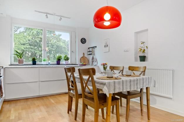Matplats med plats för stort eller litet bord