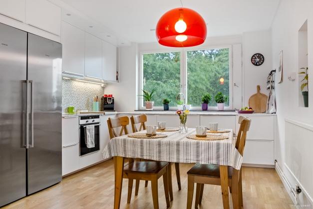 Toppfräscht och fullutrustat kök med matplats