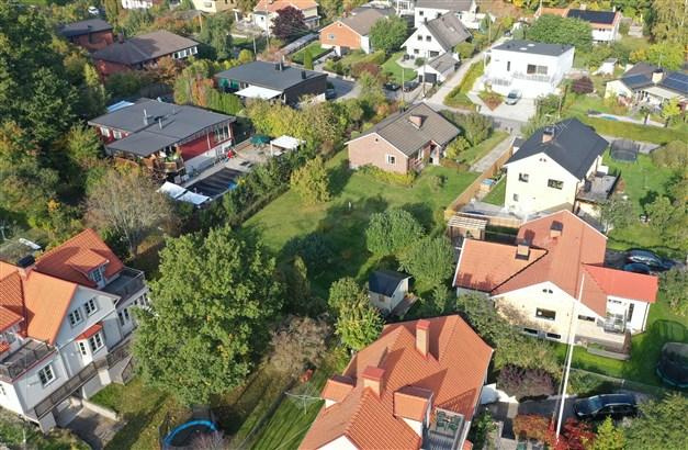 Huset och tomten sett i sitt grannskap