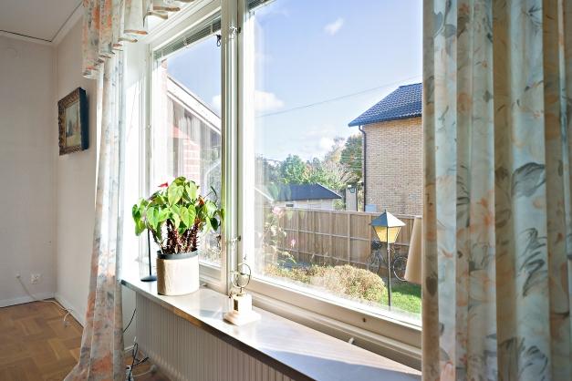 Stora fönster och fina fönsterbänkar i sten