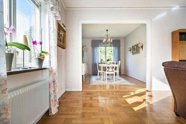 I anslutning till vardagsrummet finns en separat matsalsdel (tidigare sovrum)