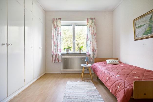 Stora sovrummet med hel garderobsvägg