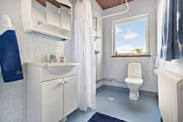 Badrum med duschplats, wc och tvättställ. Tidigare fanns här ett badkar