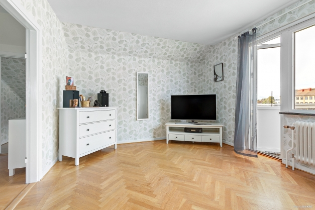 Vardagsrum med stilfull fiskbensparkett på golv