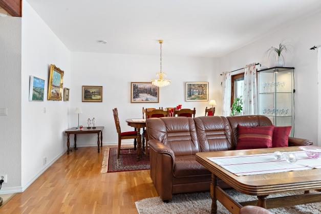 Rymligt vardagsrum med gott om plats för soffgrupp och matsalsmöbel.