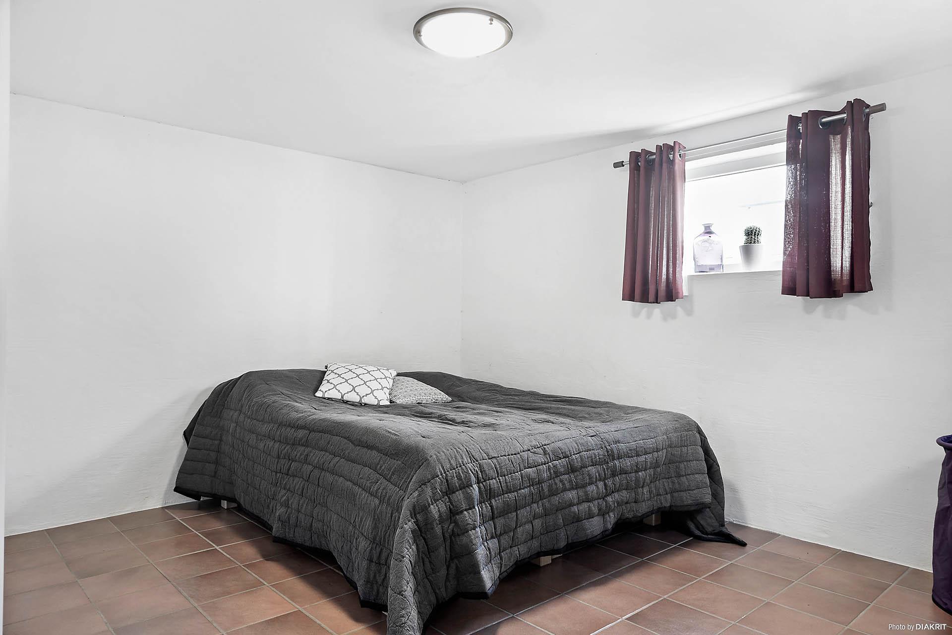 Allrummet är avdelat med sovrum/gästrum i källaren.