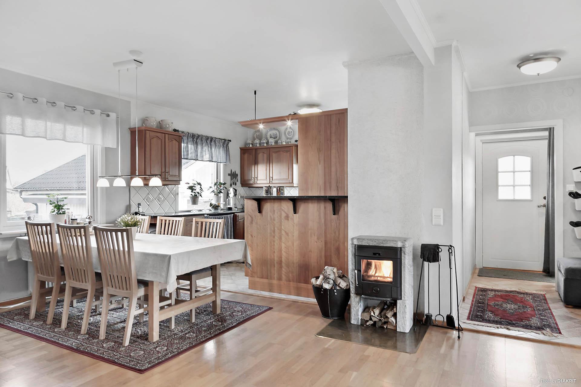 Här bor du i en trivsam enplansvilla med öppen planlösning mellan kök och vardagsrum.