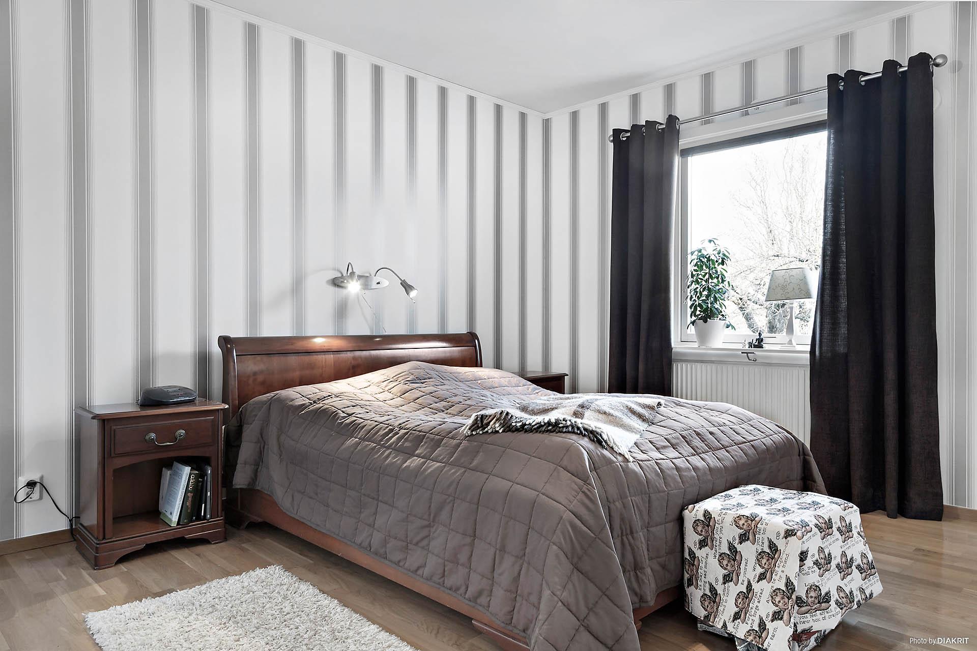 Sovrum med parkettgolv.