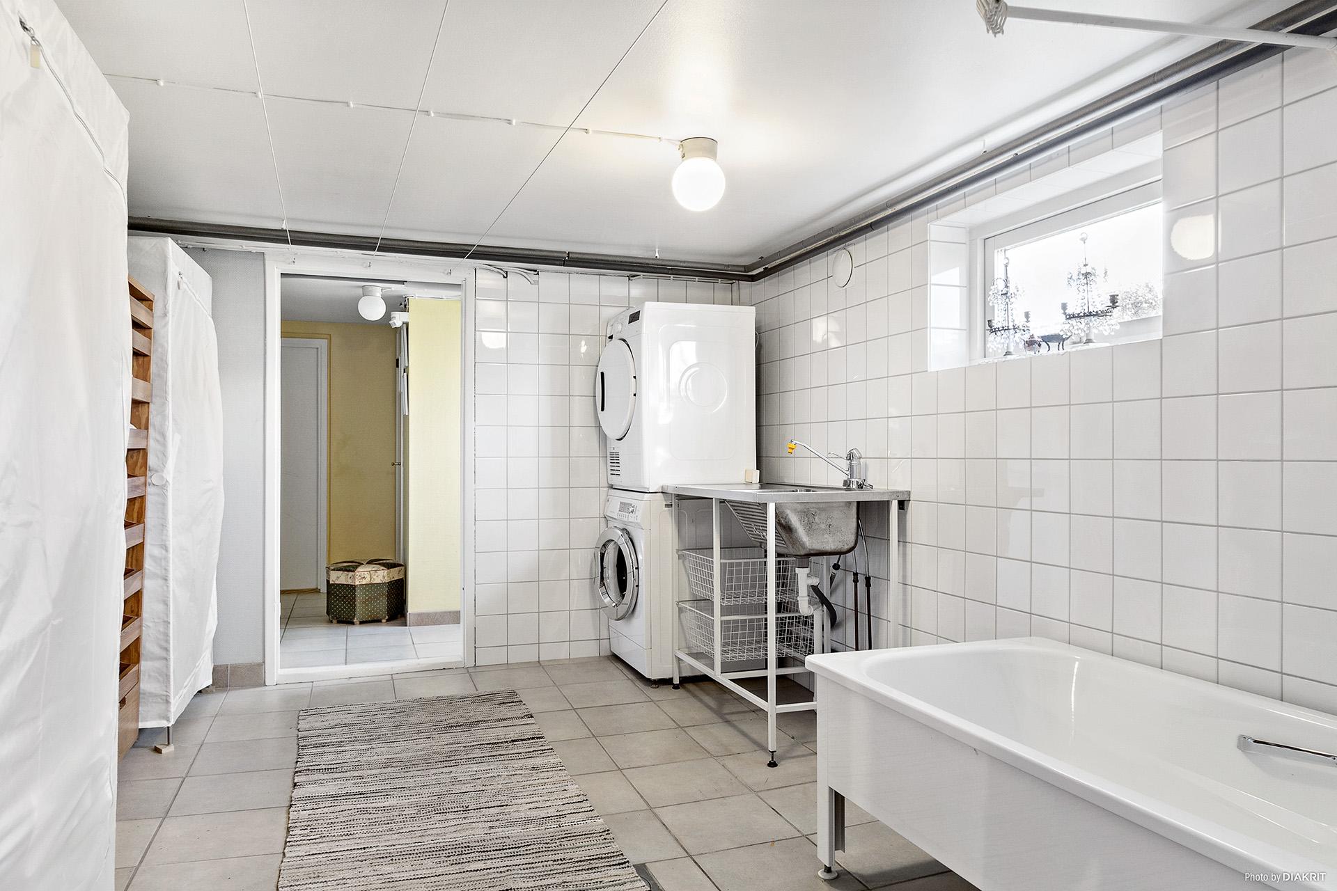Tvättstuga med badkar.