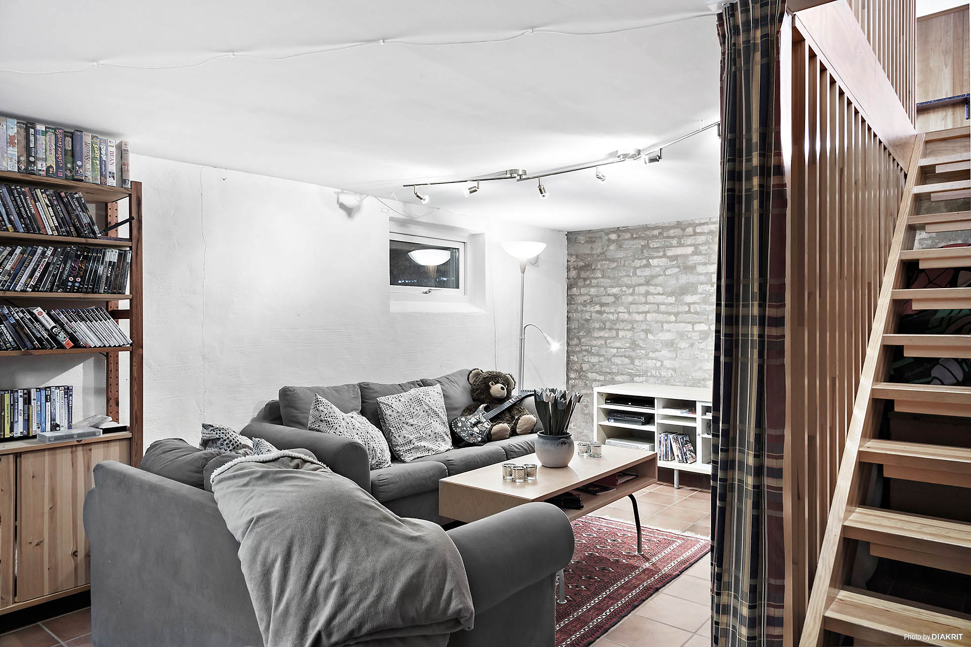 Stort allrum med klinkers, vacker tegelvägg och skön golvvärme i källaren.