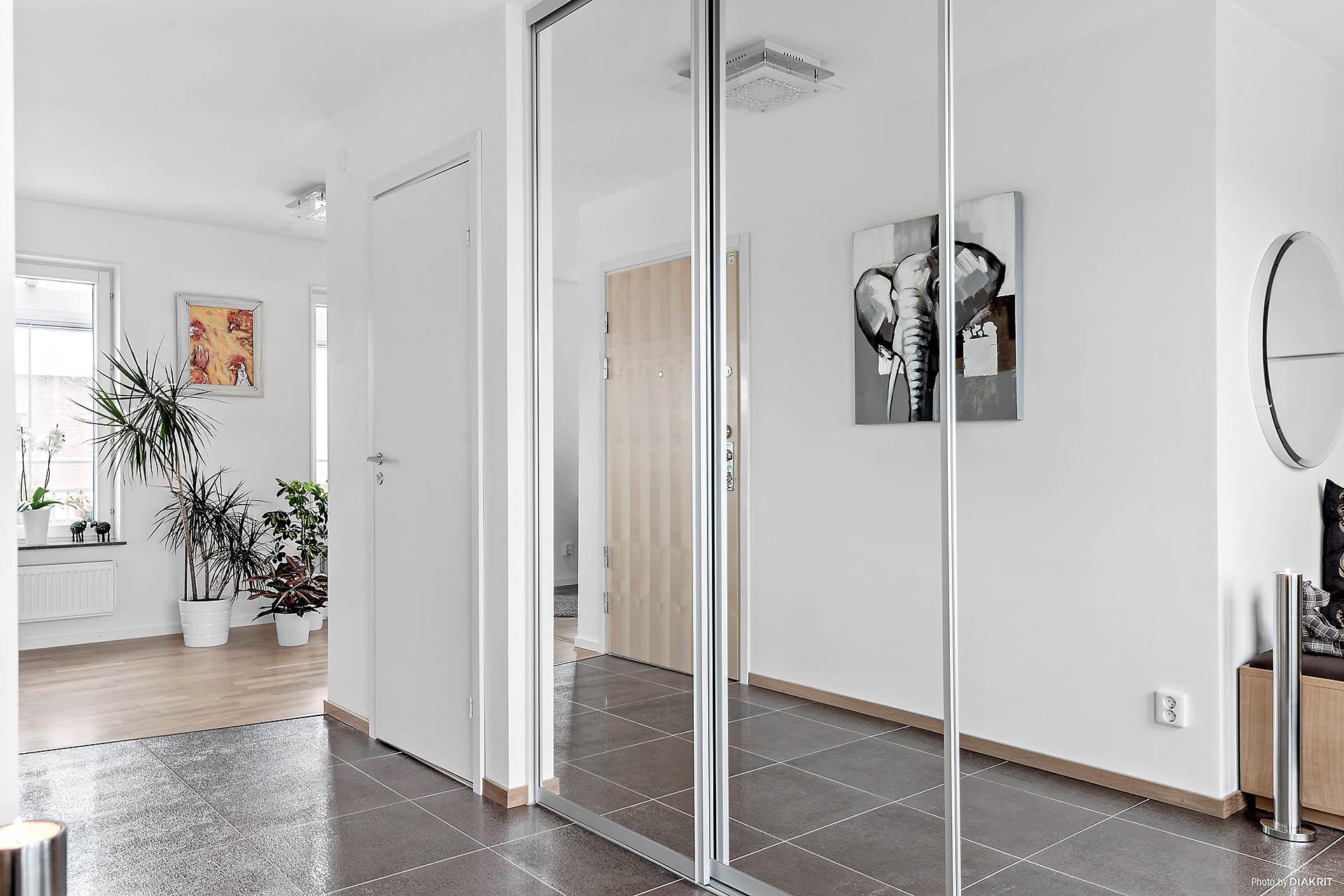 Spegeldörrar och vackert golv