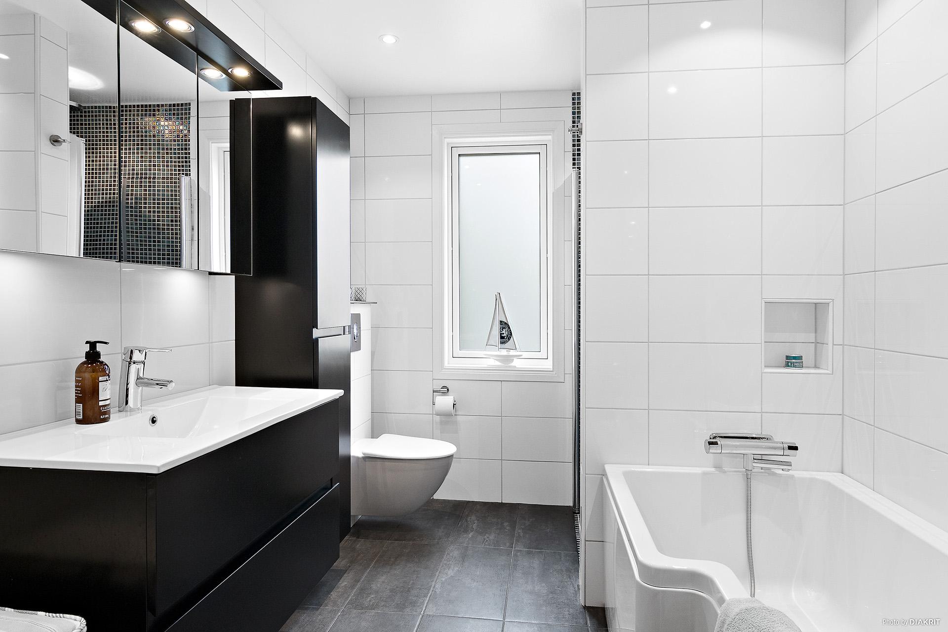 Stort badrum med både dusch och duschbadkar