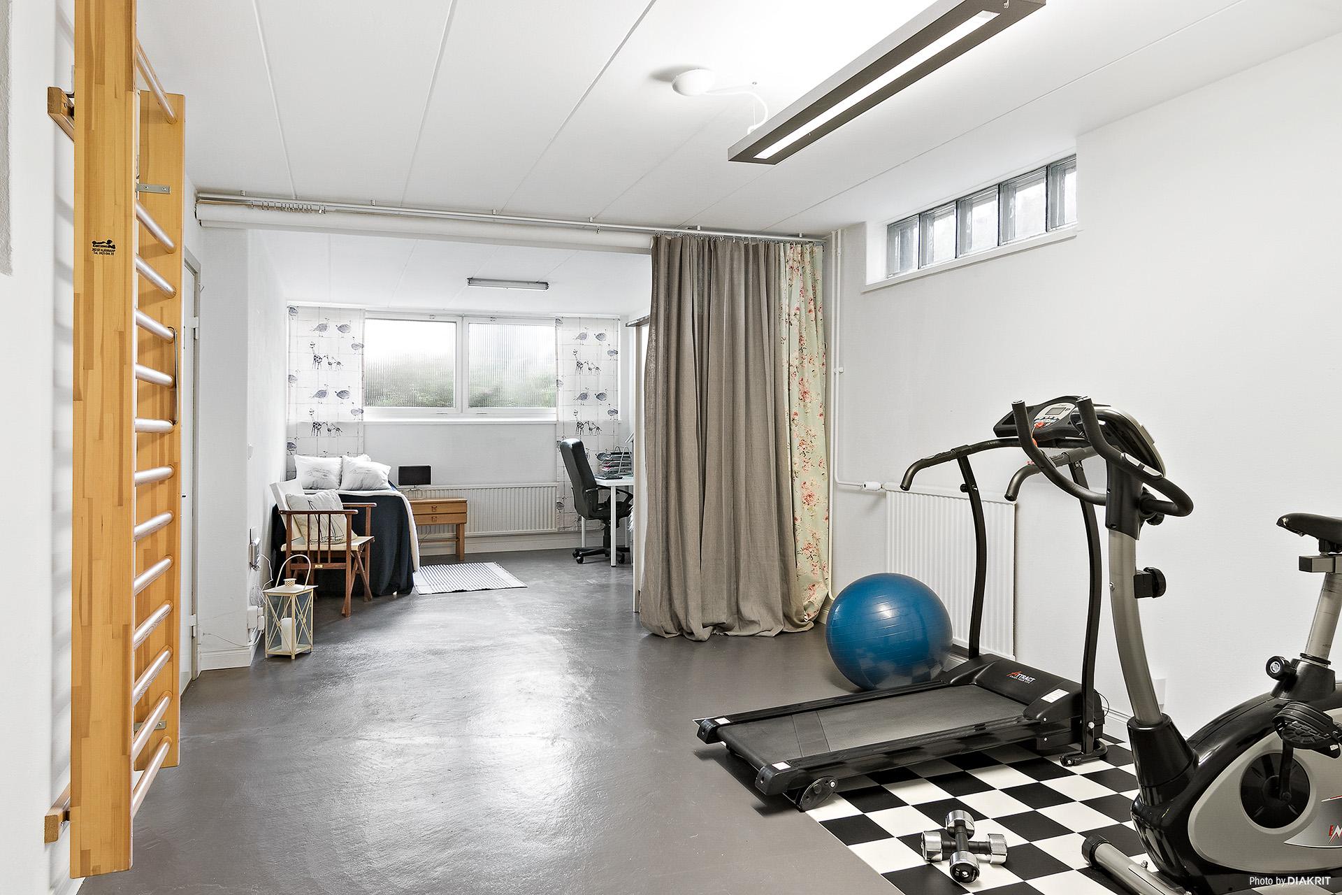 Stort hobbyrum som kan delas av till ytterligare ett sovrum