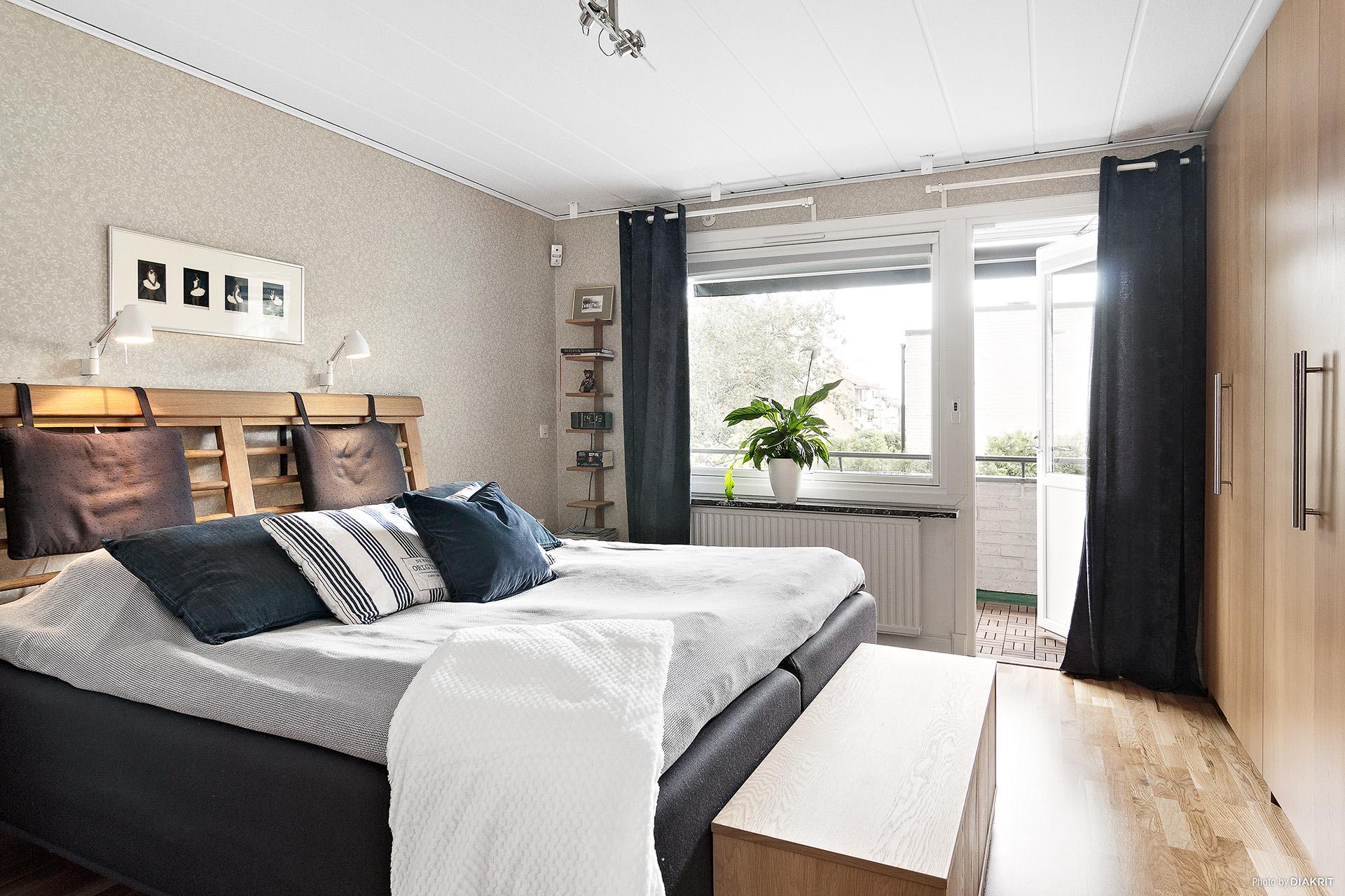 Stort sovrum med utgång till balkongen