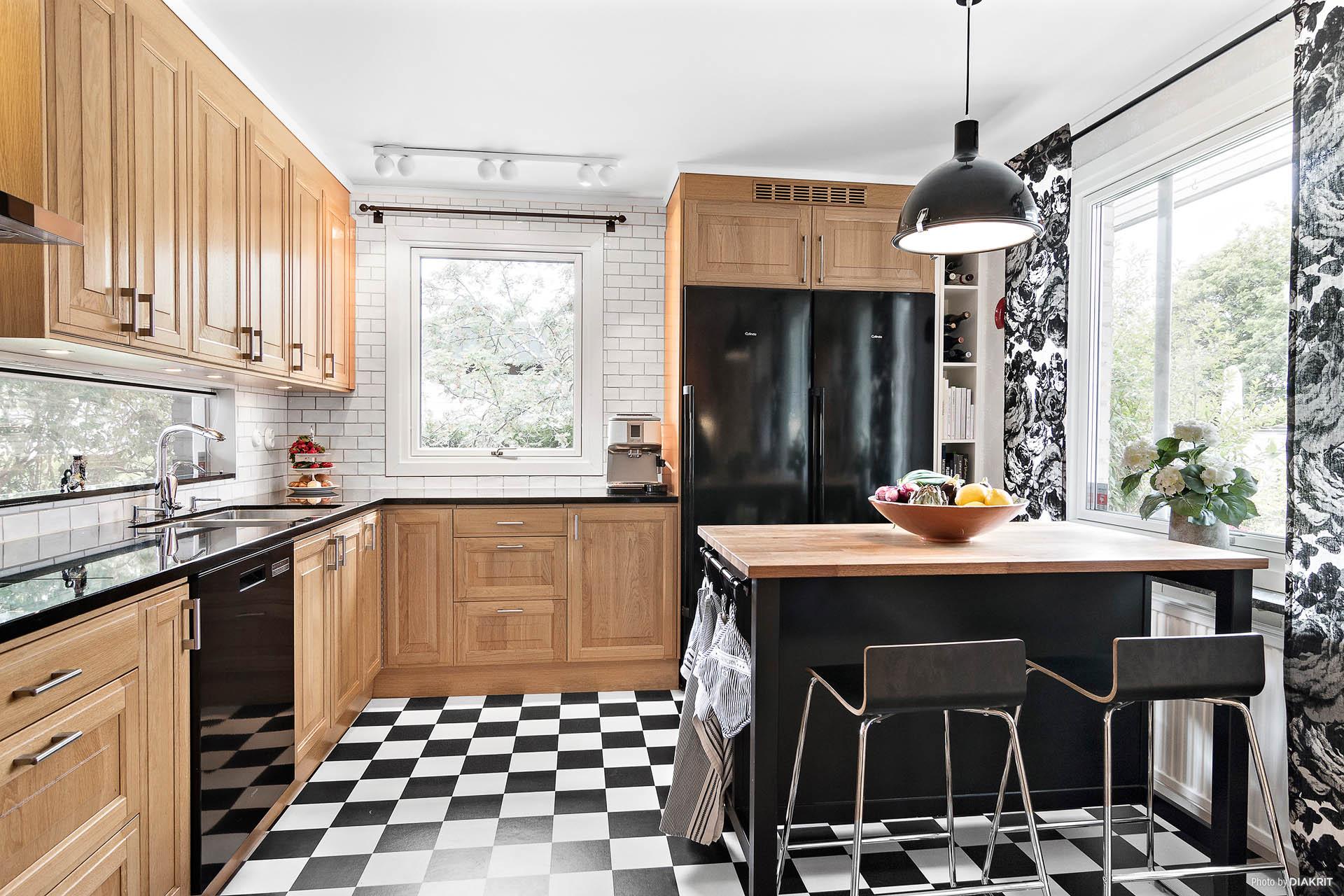 Modernt kök med fönster i tre väderstreck