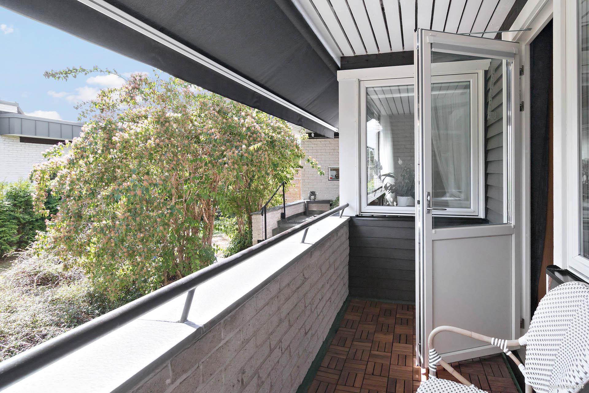 Balkongen som nås från ett av sovrummen