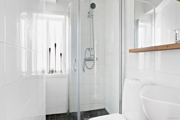 Helkaklat badrum på entréplan.