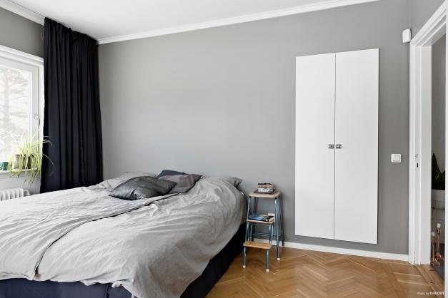 Sovrum 1 med smart tvättnedkast.