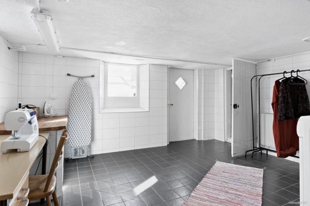 Tvättstuga i källarplan.