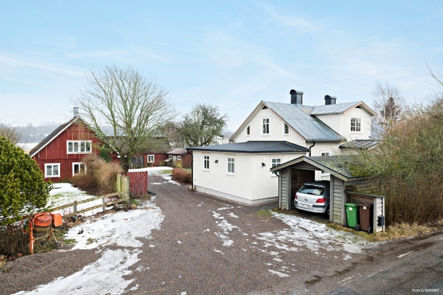 Stora uthus och carport