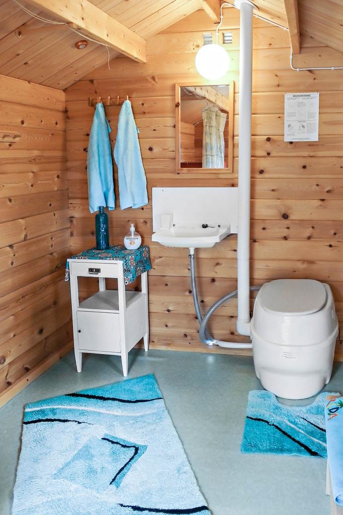 Hygienstuga: Separett toalett med trägolv/plastmatta och tvättställ.
