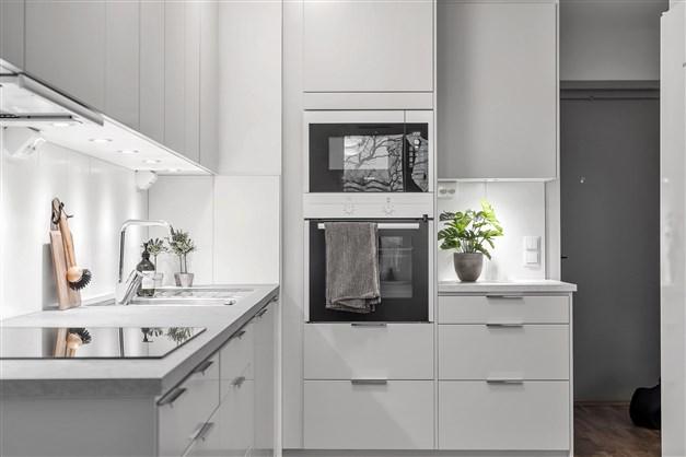 Köket i lgh 1503 är tillvalsutrustad. Pärlgråa köksluckor med runda kanter och borstade stålhandtag.