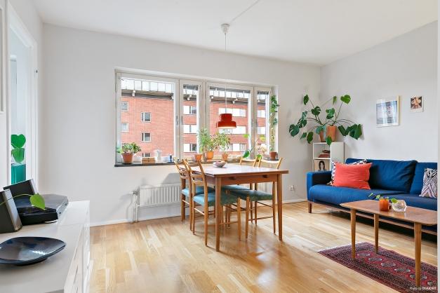 Rymligt allrum med gott om plats för matbord, soffa och mediamöbler