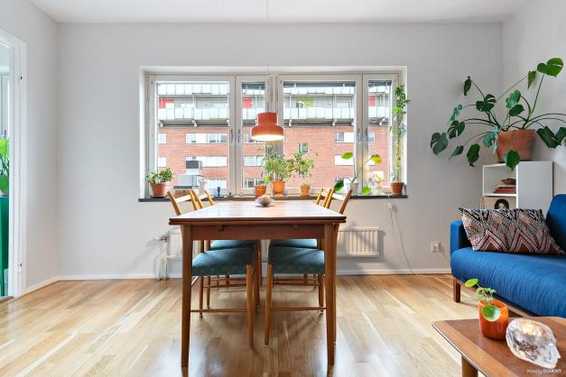 Allrum med gott om möbleringsmöjligheter och stort fönsterparti