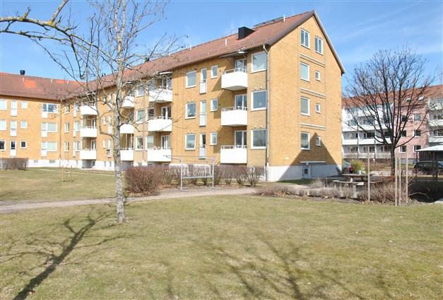 Fasadbild med lägenheten ifråga längst upp på gavelsidan