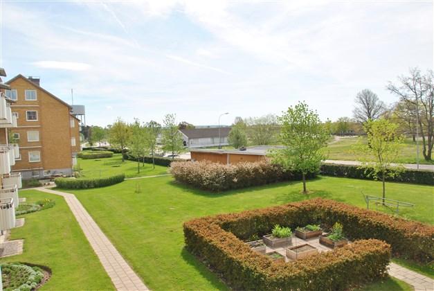 Innergård med gemensamma uteplatser på husets baksida. (Arkivbild)